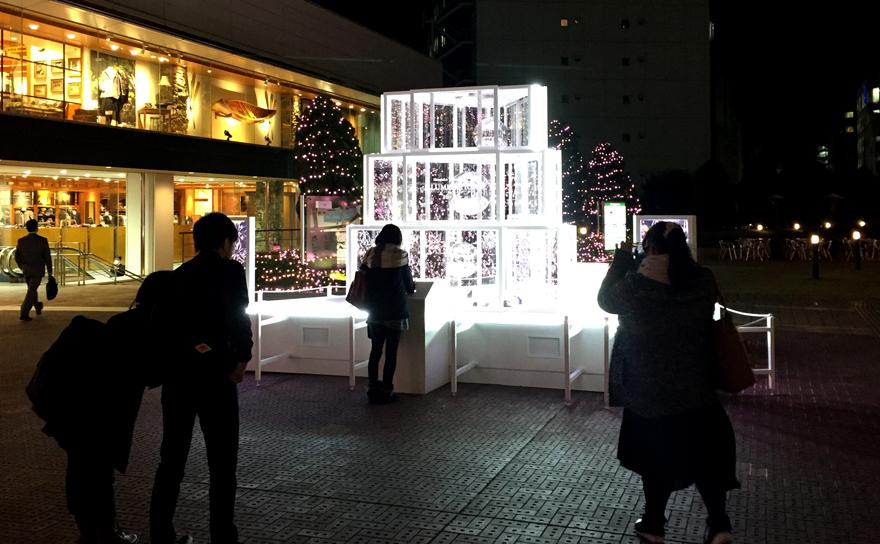 新宿テラスシティ イルミネーション'16-'17の会場に設けられた体験型のイルミネーション「スマイルタワー」
